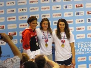 Charlotte Bonnet entourée de Coralie Balmy et Cloé Hache sur le podium du 200nl (Limoges 2015)